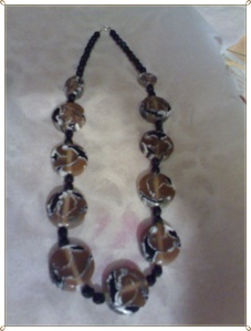 collar marron, blanco y negro